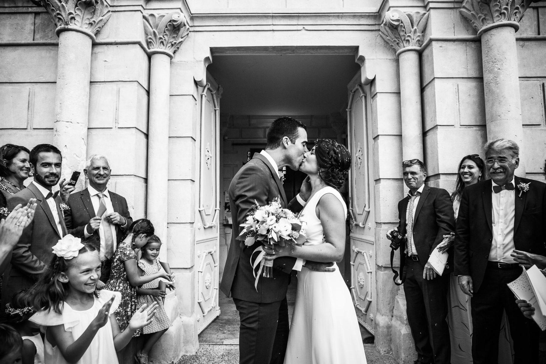 Sortie d'église à Roussas par angélique blaise photographe de mariage