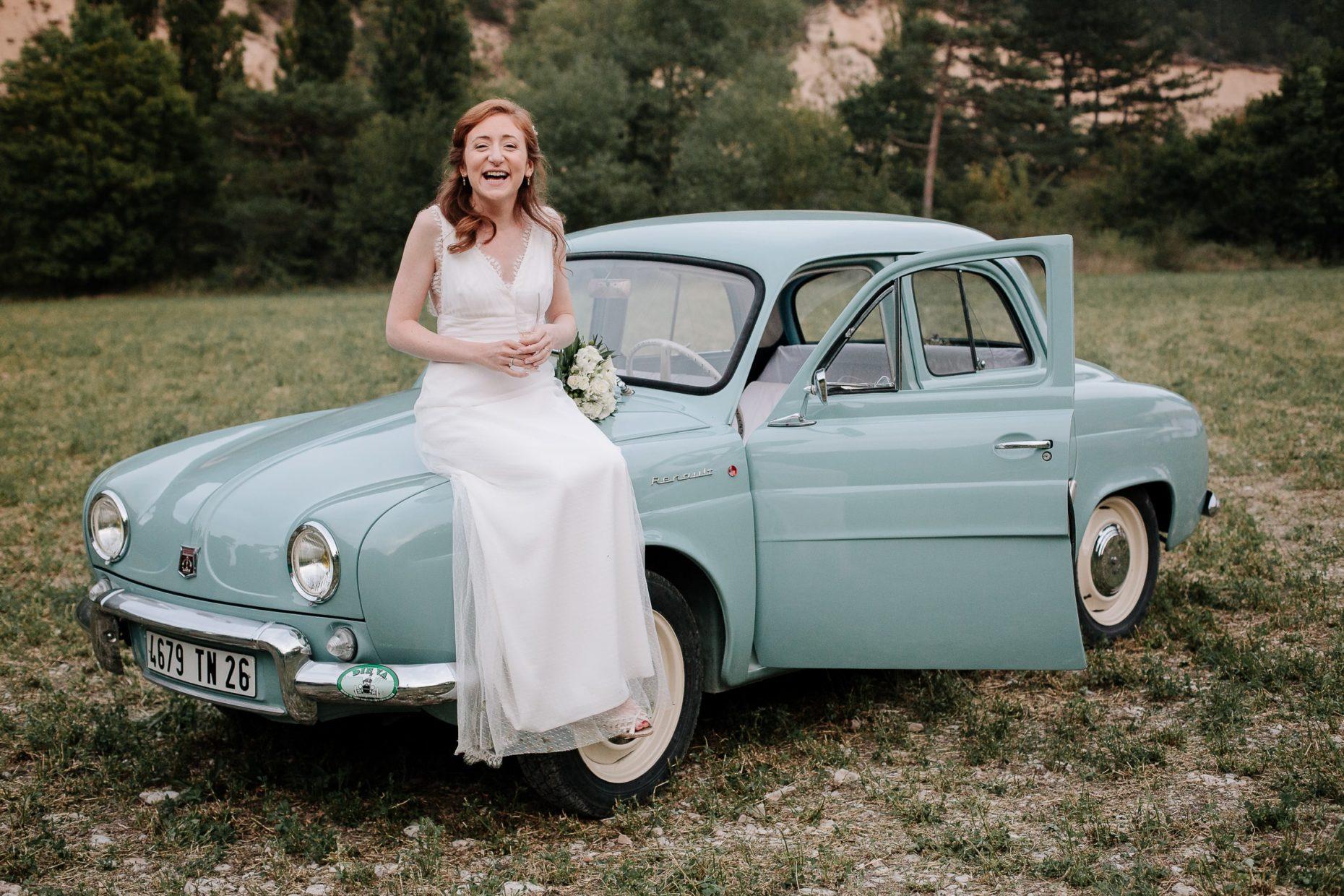 Mariée sur une voiture en drôme