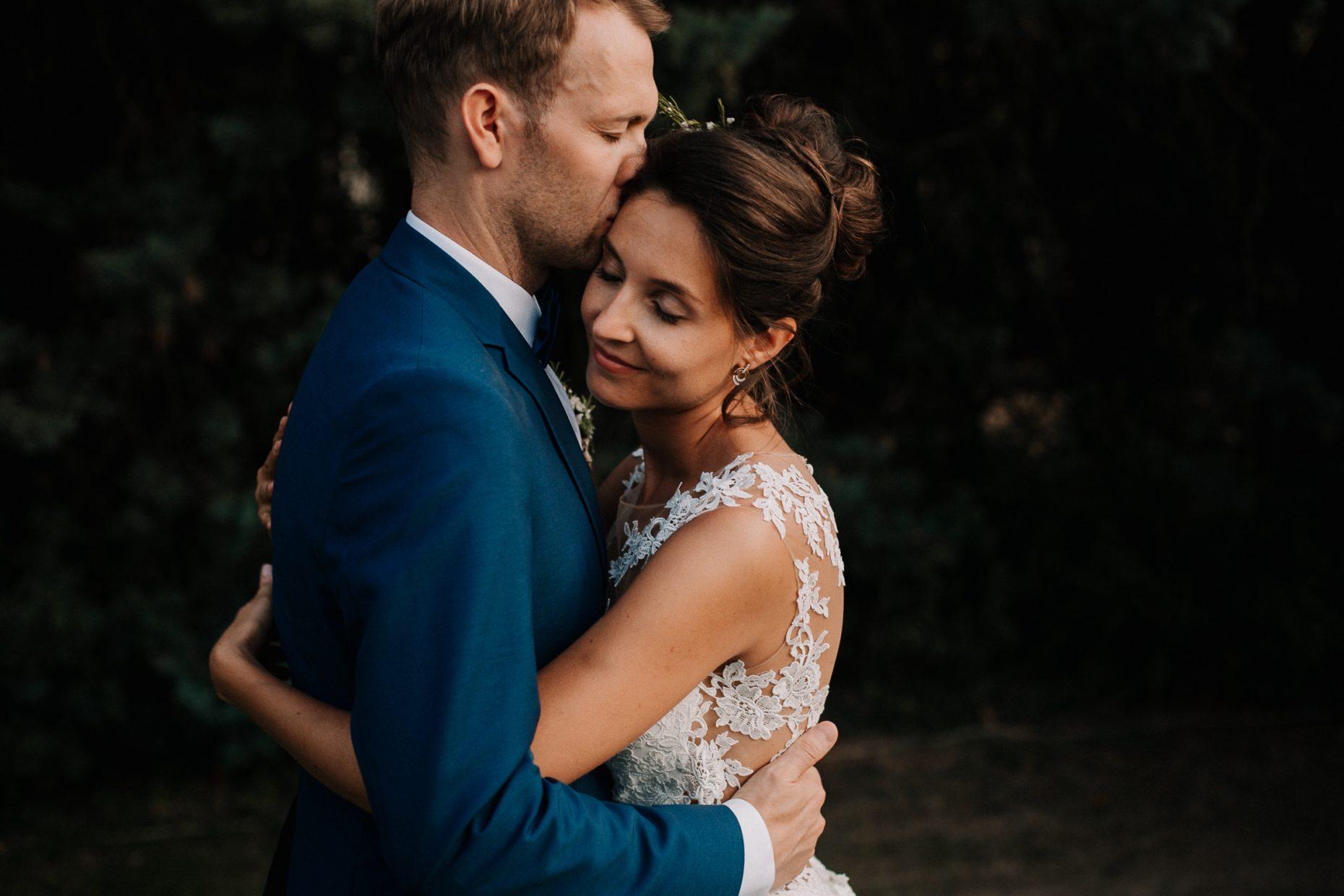Couple de mariés au Domaine de Chanteperdrix